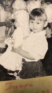 Лена с куклой